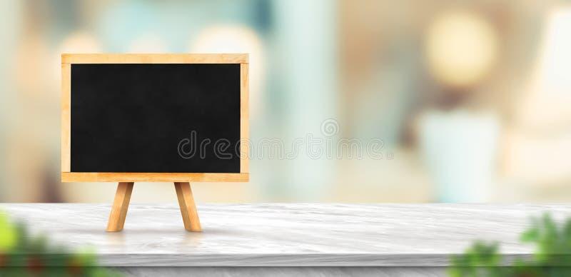 Классн классный на белой мраморной таблице и запачканной мягкой светлой таблице в роскошном ресторане с предпосылкой bokeh шаблон стоковая фотография rf