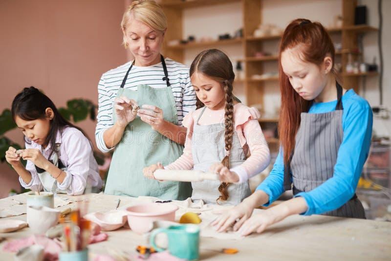 Класс гончарни для детей стоковое изображение