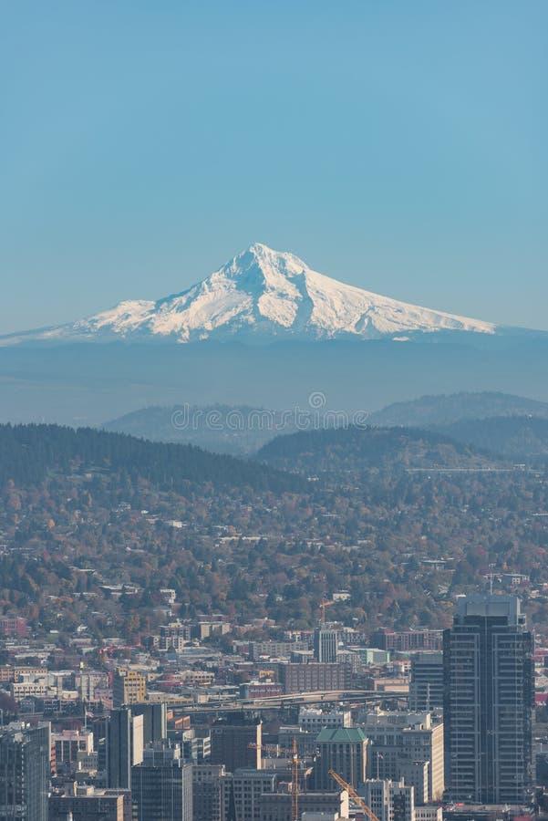 Клобук Mt над Портлендом Орегоном на день совершенно голубого неба стоковое фото