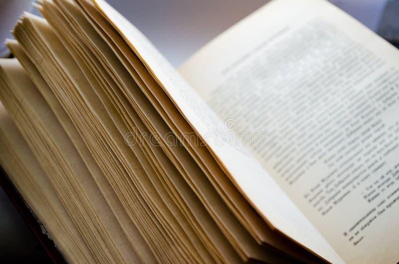 Книга книга открытая Классическая литература книга прочитанная к Учебник Страница с текстом стоковое фото