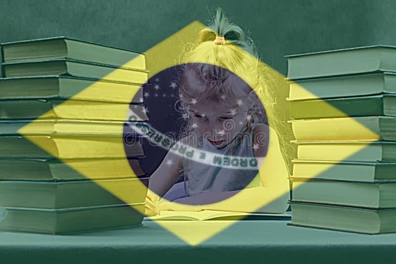 Книги учебники девушка с белыми волосами выучит португальск иллюстрация штока