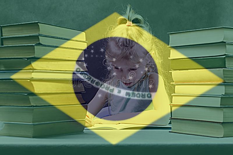Книги учебники девушка с белыми волосами выучит португальск стоковая фотография rf