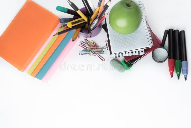 Книги, тетради и школьные принадлежности на белой предпосылке яблоко записывает красный цвет образования принципиальной схемы стоковое фото rf