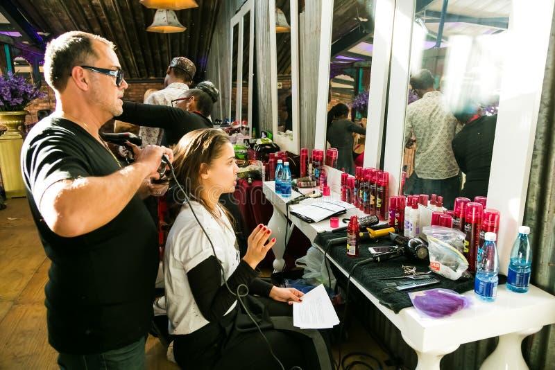 Кулуарные волосы и макияж на событии стоковые изображения