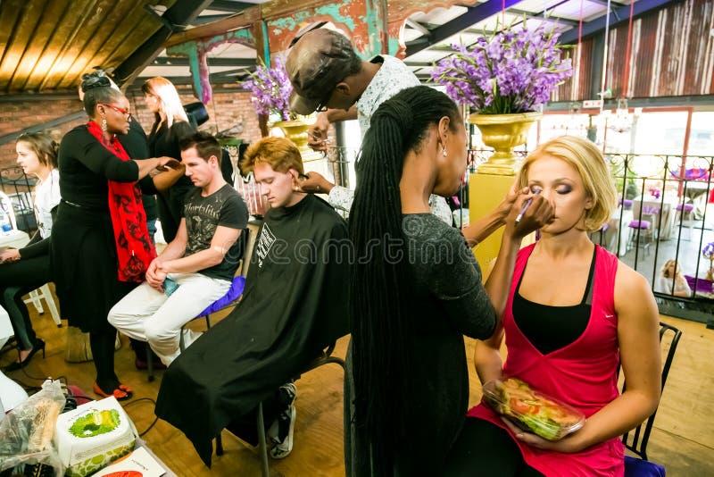 Кулуарные волосы и макияж на событии стоковая фотография