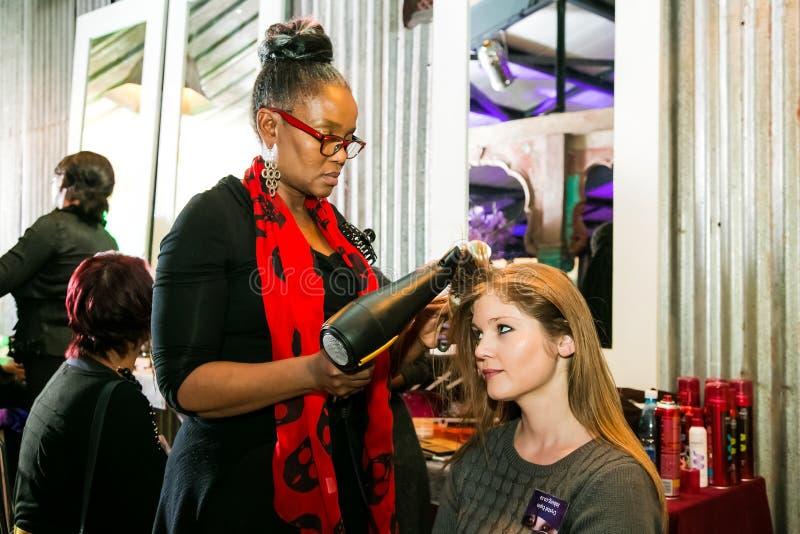 Кулуарные волосы и макияж на событии стоковые фото