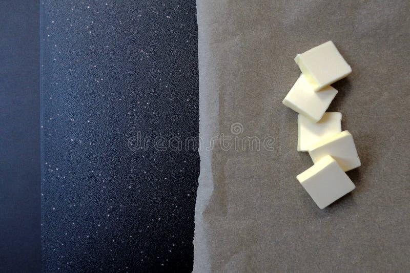 5 кусков масла на темной предпосылке, взгляда сверху стоковые фотографии rf