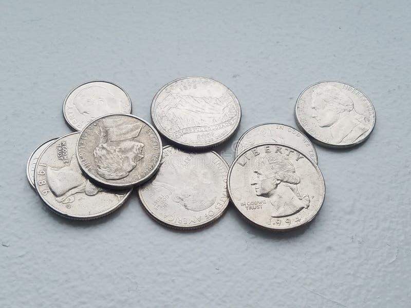 Куча монеты в 10 центов и кварталов свободы валюты монеток США от сразу выше стоковые изображения rf