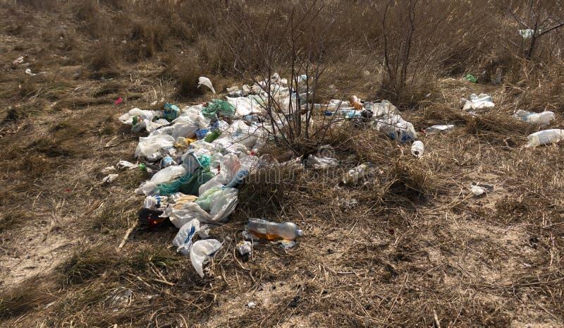 Куча на отбросе Пустые пластиковые бутылки и сумки загрязнение фото кризиса экологическое относящое к окружающей среде стоковая фотография