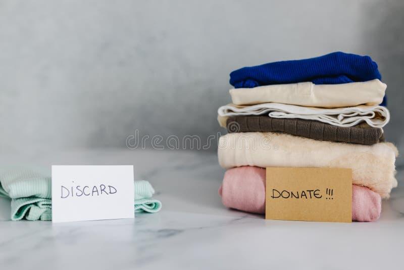 Кучи футболок и одежд будучи сортированными в держат сбрасывание и дарят категории стоковые фото
