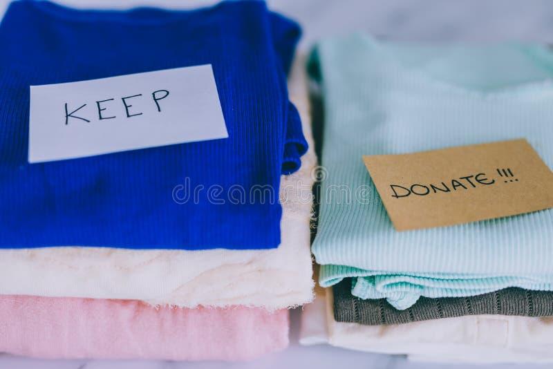 Кучи футболок и одежд будучи сортированными в держат сбрасывание и дарят категории стоковые изображения rf