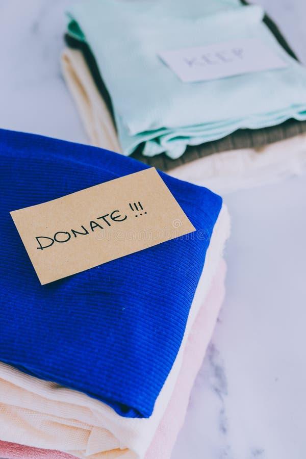 Кучи футболок и одежд будучи сортированными в держат сбрасывание и дарят категории стоковая фотография