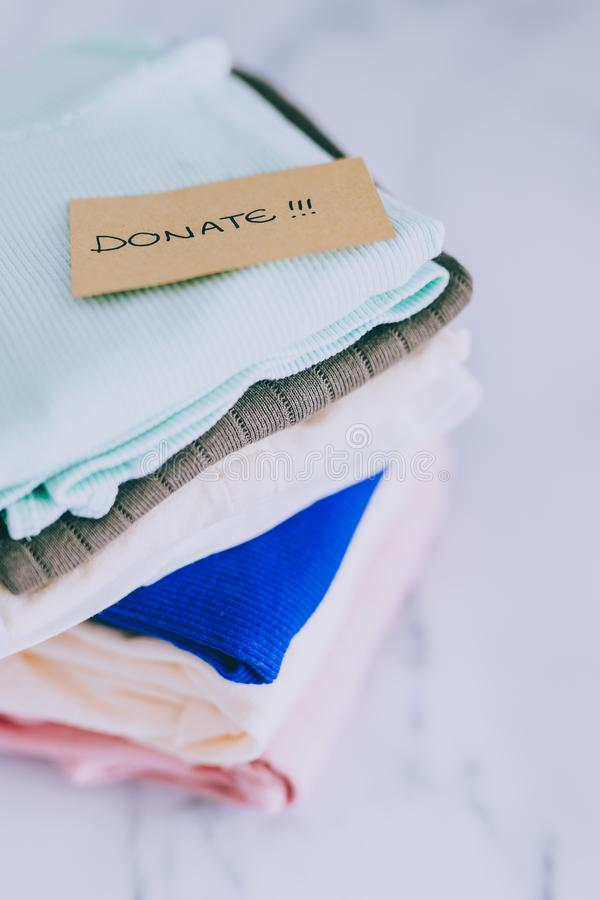 Кучи футболок и одежд будучи сортированными в держат сбрасывание и дарят категории стоковые изображения