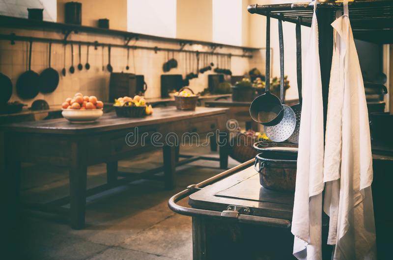 Кухня античного столетия XIX старая с инструментами, лотками, баками и пищевыми ингредиентами стоковое изображение rf
