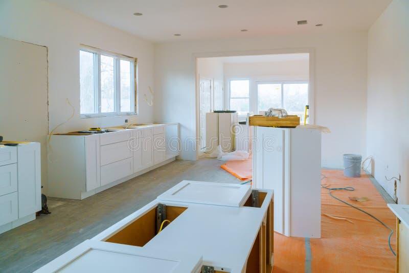 Кухня remodel шкаф установки мебели стоковые фотографии rf