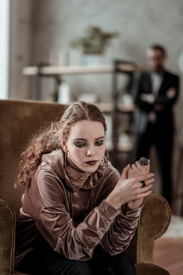 Курчавое чувство девочка-подростка подавленное после проблем семьи стоковые фотографии rf