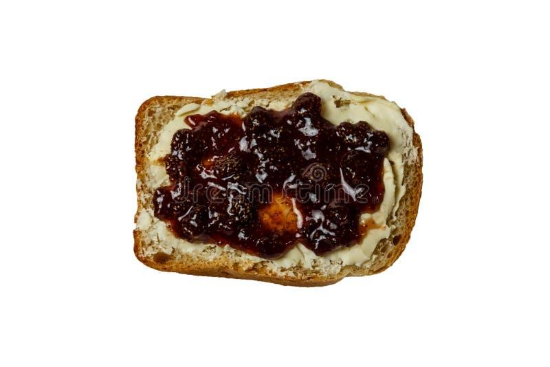 Кусок белого хлеба с изолированным вареньем масла и клубники стоковое изображение rf