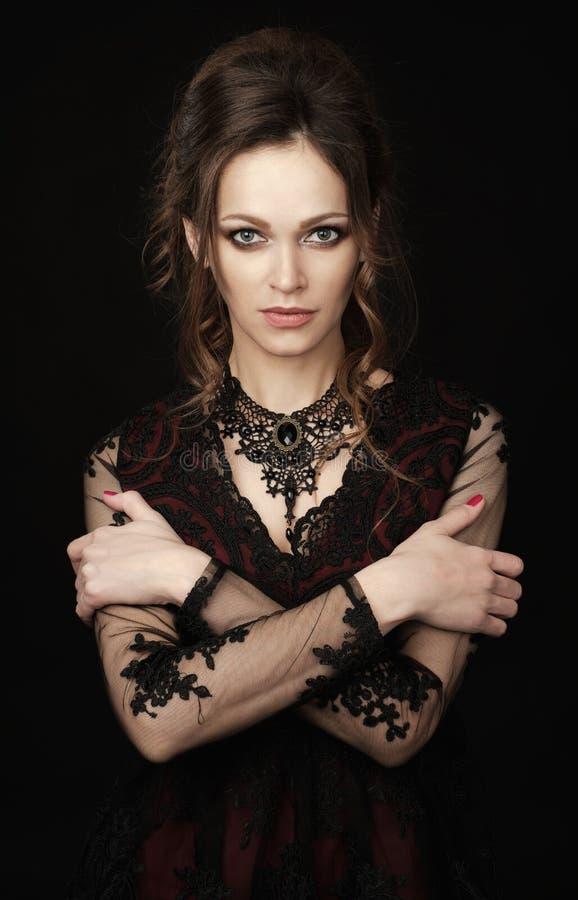 Красивая женщина брюнета с волнистым hairdo стоковое изображение rf