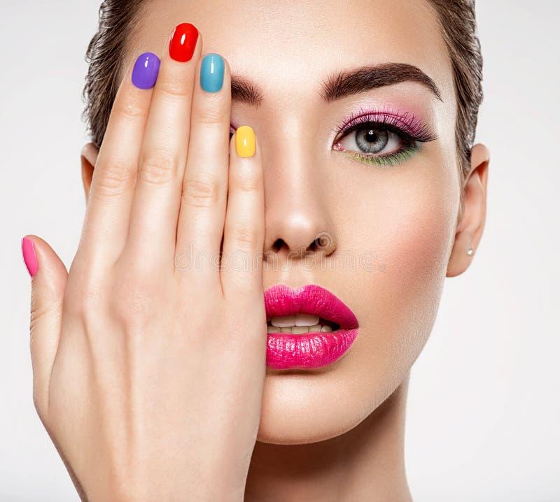 Красивая женщина моды с покрашенные ногти Привлекательная белая девушка с multicolor маникюром стоковое фото rf