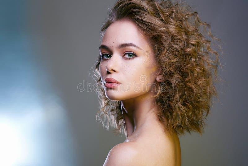 Красивая женщина с волнистыми здоровыми волосами стоковая фотография rf