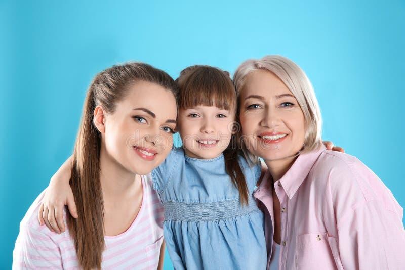 Красивая зрелая женщина с дочерью и внуком стоковое изображение