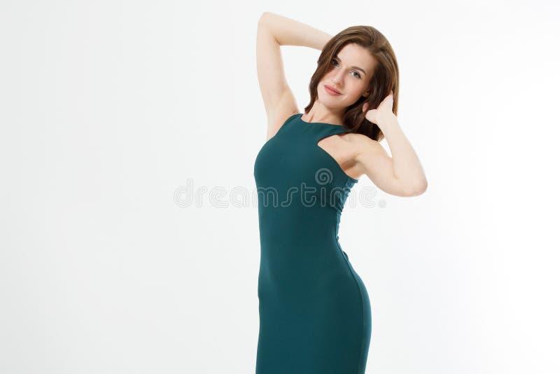 Красивая молодая бизнес-леди волос брюнета в зеленом тощем платье и макияж изолированная на белой предпосылке Одежды дела стоковые фото