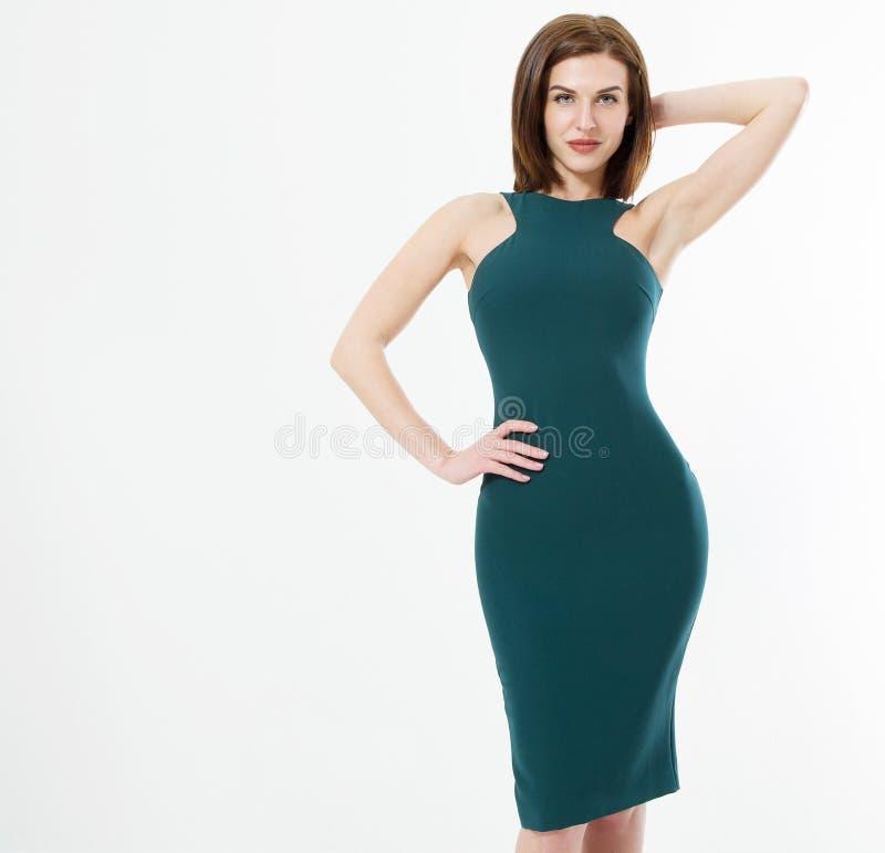 Красивая молодая бизнес-леди волос брюнета в зеленом тощем платье и макияж изолированная на белой предпосылке Одежды дела стоковое фото rf