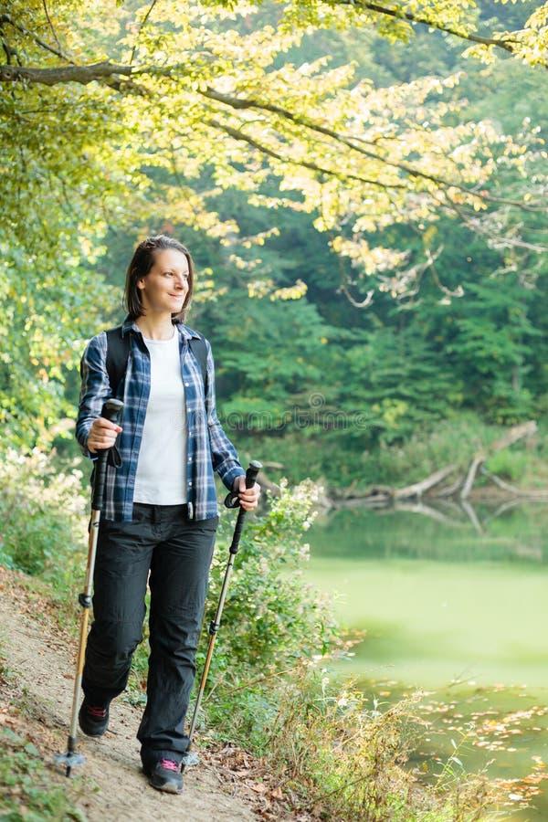 Красивая молодая женщина вдоль озера в лесе стоковые фотографии rf