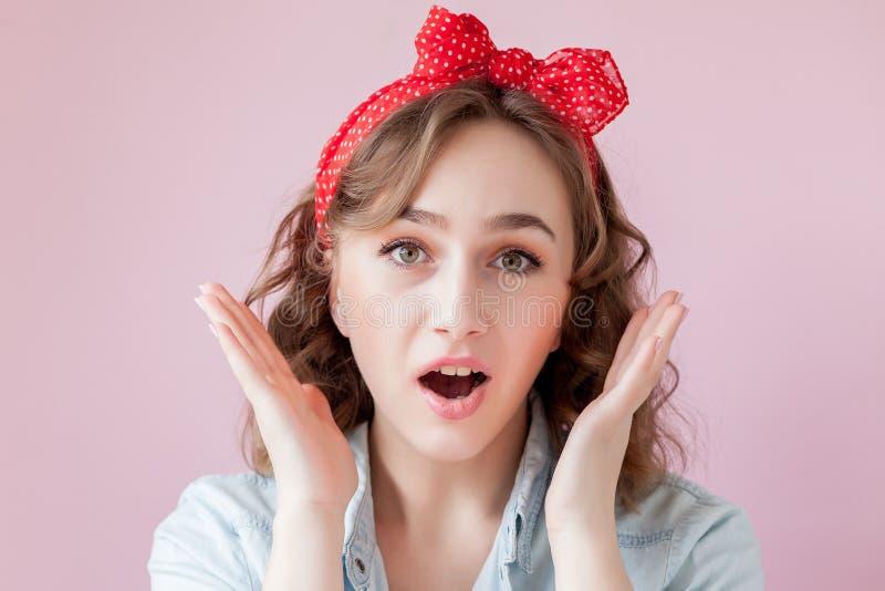 Красивая молодая женщина с составом и стилем причёсок штыря-вверх Студия снятая на розовой предпосылке стоковое изображение