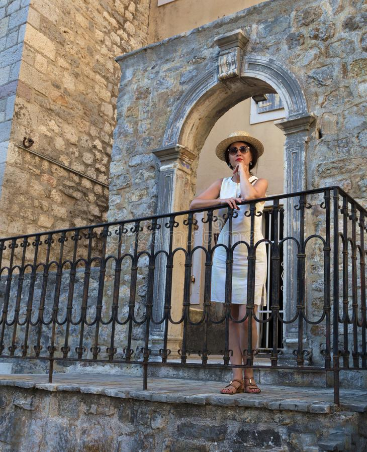 Красивая дама в соломенной шляпе на предпосылке openwork античного свода стоковое фото rf