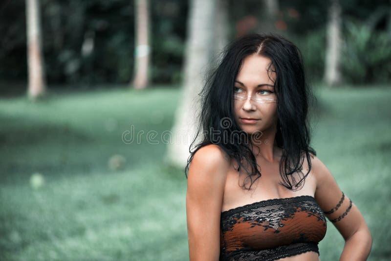 Красивая девушка танцуя outdoors среди пальм стоковые фотографии rf