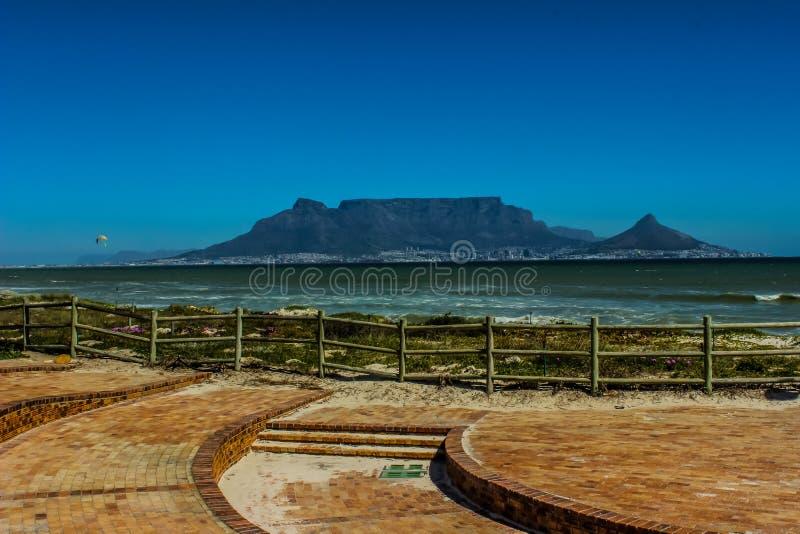 Красивая Столовая гора показа фото Кейптауна и Атлантика oc стоковая фотография rf