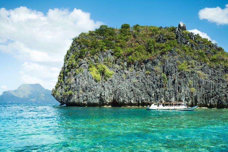 Красивая тропическая голубая лагуна Сценарный ландшафт с островами залива и горы моря, El Nido, Palawan, Филиппинами стоковые фото