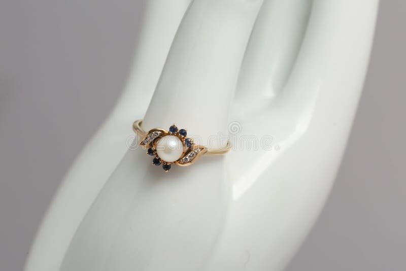 Красивые винтажные ювелирные изделия кольца на конце вверх стоковое изображение