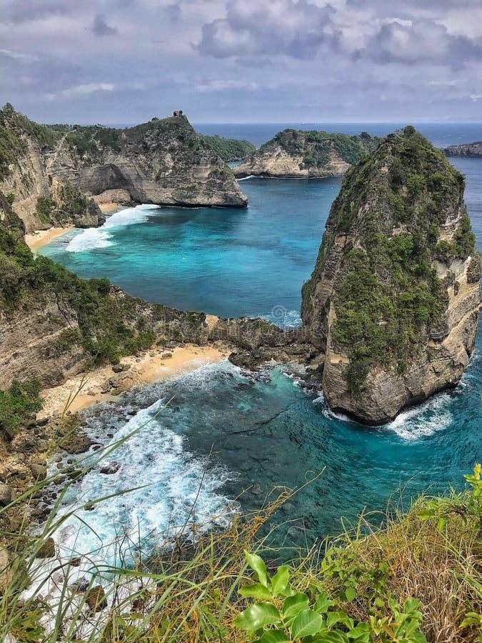 Красивые залив manta или пляж Kelingking на острове Nusa Penida, Бали, Индонезии стоковые изображения rf