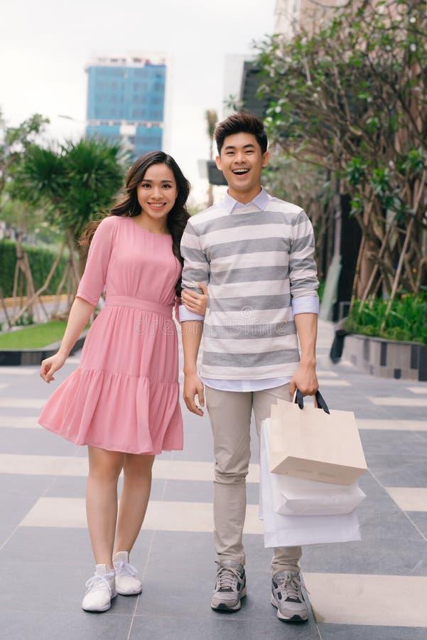 Красивые молодые пары наслаждаясь в покупках, имеющ потеху совместно Защита интересов потребителя, любовь, датируя, концепция обр стоковое изображение rf