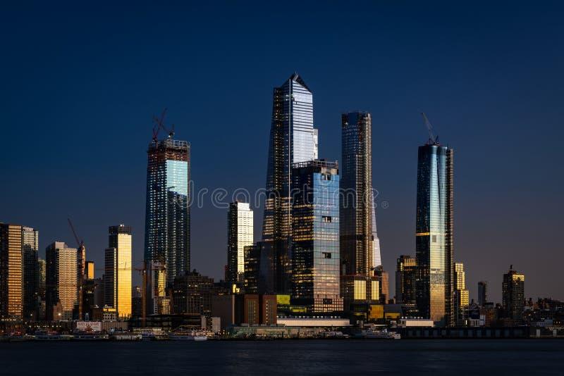 Красивые небоскребы быть строением в Нью-Йорке вечером стоковые фотографии rf