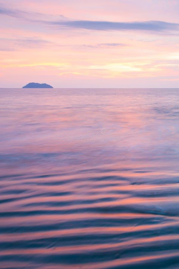 Красивые нежно волны, метки пульсации текстуры в прибое Таиланд выдержка длиной Фантастические небо и предпосылки захода солнца С стоковые фотографии rf