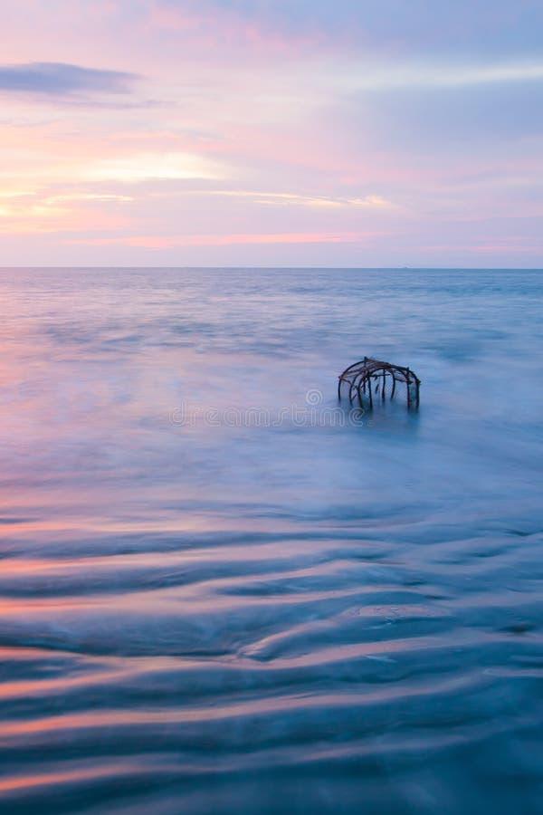 Красивые нежно волны, метки пульсации текстуры, и традиционная ловушка рыб в прибое Таиланд выдержка длиной Фантастическое небо з стоковые фотографии rf