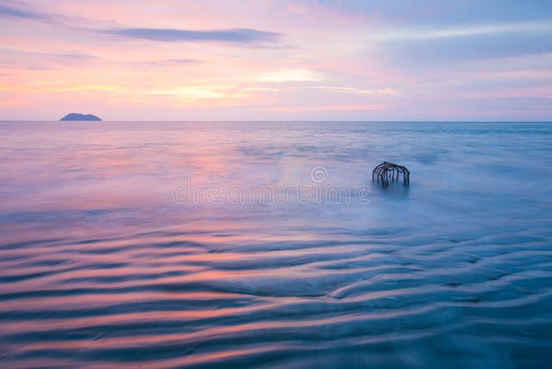 Красивые нежно волны, метки пульсации текстуры, и традиционная ловушка рыб в прибое Таиланд выдержка длиной Фантастическое небо з стоковое изображение