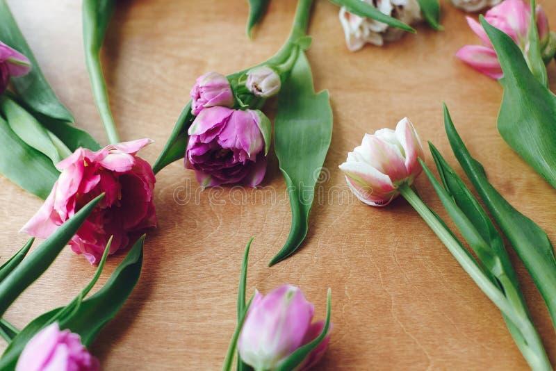 Красивые двойные тюльпаны пиона на деревянном столе Красочный пинк и пурпурные тюльпаны, стильный цветочный узор мати дня счастли стоковые фотографии rf