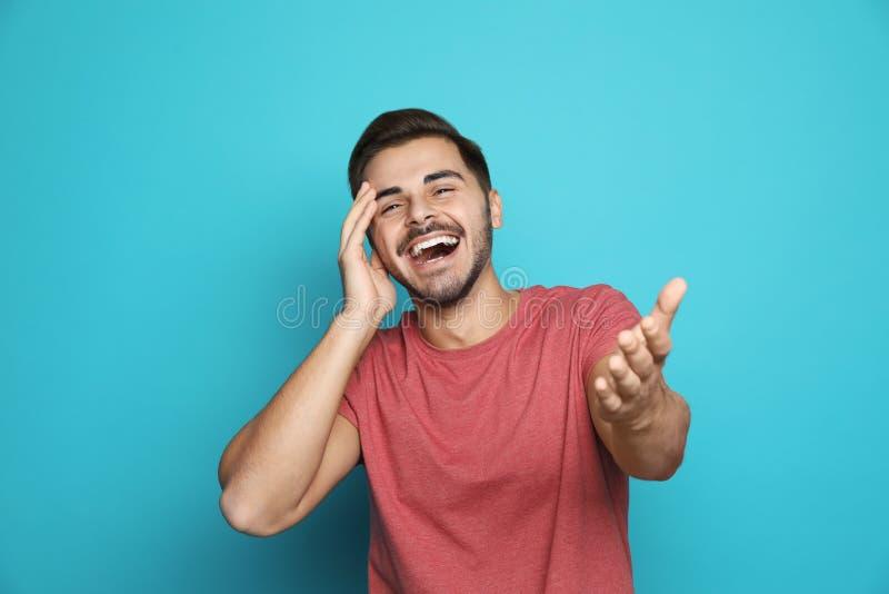 красивые смеясь над детеныши человека стоковое фото rf