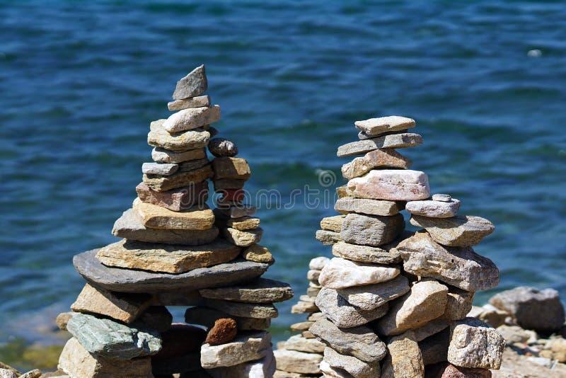 Красивые составы морских камней сделанных туристами из во всем мире стоковые изображения