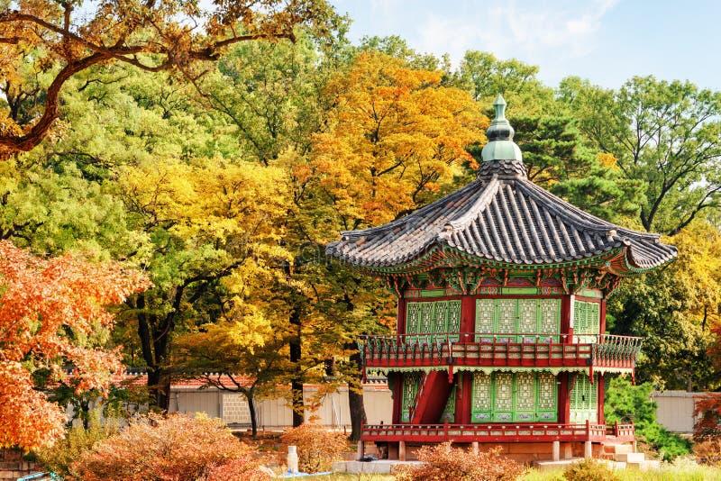 Красивый вид павильона Hyangwonjeong на саде осени, Сеуле стоковая фотография rf