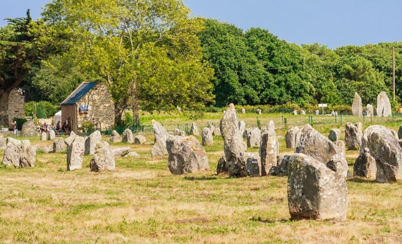 Красивый вид стоящих выравниваний камней, менгиров, в Carnac, Бретань, Франция Megalithic ориентир стоковое изображение