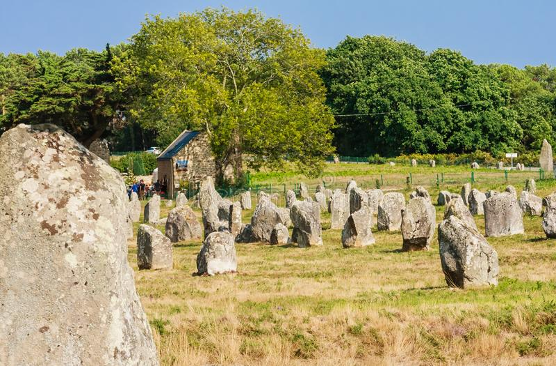 Красивый вид стоящих выравниваний камней, менгиров, в Carnac, Бретань, Франция Megalithic ориентир стоковое изображение rf