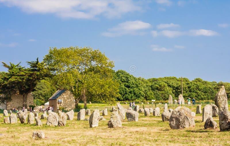 Красивый вид стоящих выравниваний камней, менгиров, в Carnac, Бретань, Франция Megalithic ориентир стоковая фотография