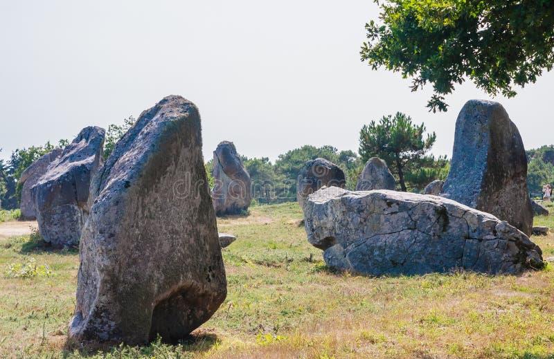 Красивый вид стоящих выравниваний камней, менгиров, в Carnac, Бретань, Франция Megalithic ориентир стоковое фото rf