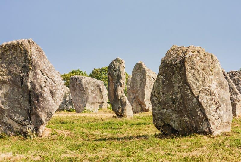 Красивый вид стоящих выравниваний камней, менгиров, в Carnac, Бретань, Франция Megalithic ориентир стоковая фотография rf