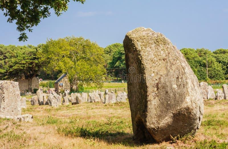 Красивый вид стоящих выравниваний камней, менгиров, в Carnac, Бретань, Франция Megalithic ориентир стоковые изображения rf
